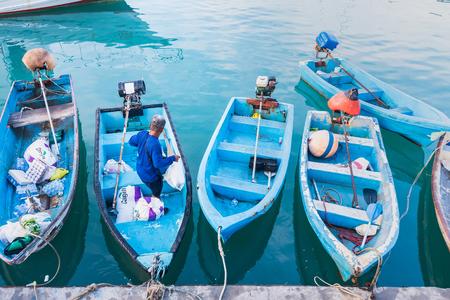 Phuket, Tailandia - 30 de marzo de 2019: Pequeñas embarcaciones amarradas en la mañana en el puerto de Chalong, puerto principal para viajar en barco a la isla de krabi y phi phi, Phuket, Tailandia Editorial