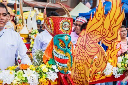 Provincie Loei, Thailand - 06 juli 2019: Ghost Festival Phi Ta Khon. Mensen vinden het leuk om zich te kleden met kleurrijke kleding gemaakt van handgemaakt hout in de provincie Loei, Thailand