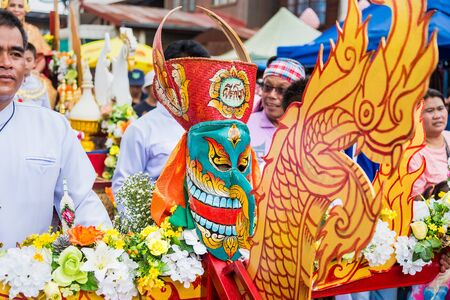 Prowincja Loei, Tajlandia - 06 lipca 2019: Ghost Festival Phi Ta Khon. Ludzie lubią ubierać się w kolorowe ubrania wykonane z ręcznie robionego drewna w prowincji Loei w Tajlandii