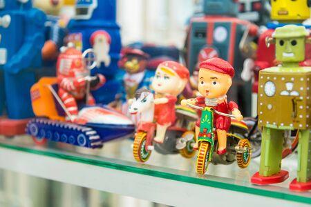 Ayutthaya, Tailandia - 29 de septiembre de 2019: Grupo de juguetes antiguos en MILLION TOY MUSEUM en Ayutthaya, Tailandia. Editorial