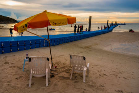 Chon Buri, Thailand - June, 27, 2020 :  Pictures of Unidentified name people on Tawaen Beach in the evening sunset time on Koh Lan island after the outbreak of the Covid 19 virus. Редакционное