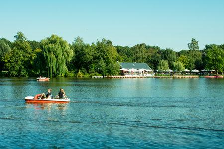 Hoxfeld, North Rhine-Westphalia / Germany - September 02, 2018: pedal boating in the leisure and recreation park Pröbsting Lake Standard-Bild - 117883694