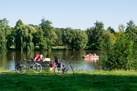 Hoxfeld, NRW / Germany - September 02, 2018: Family excursion by bike on the weekend to Pröbsting lake Standard-Bild - 117883697
