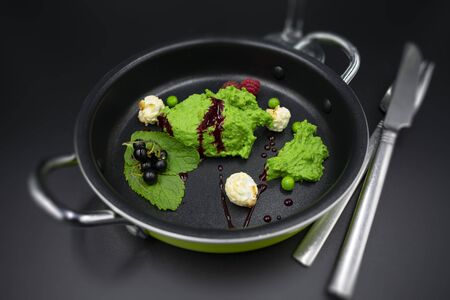 Pea mint sorbet with berries and popcorn with blurred background. Standard-Bild - 134139599