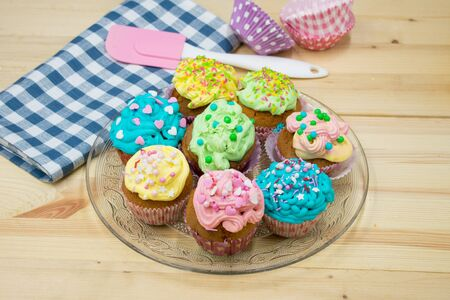 Serving dish with colorful, homemade cupcakes Stockfoto