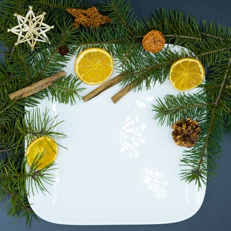 white, empty dish with christmas decoration. with copy space Standard-Bild - 134193937