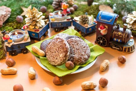 delicious gingerbread in front of a cute Christmas train with burning candles Standard-Bild - 135649850