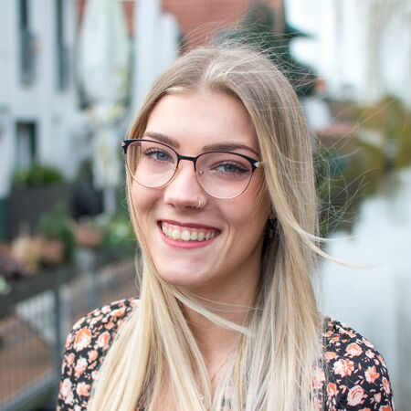 Portrait photo of a laughing young woman with blond hair and glasses Reklamní fotografie - 145396561