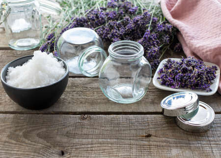 Ingredients for an aromatic, fragrant lavender bath salt in screw-top jars. Standard-Bild
