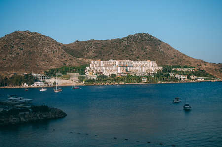 Amazing beach on the background of the hotel in the bay of Turkey, Bodrum. Stok Fotoğraf - 119946560