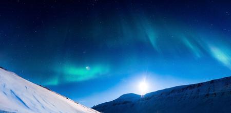 山中ノルウェー スバールバル北極北オーロラ ライト 写真素材