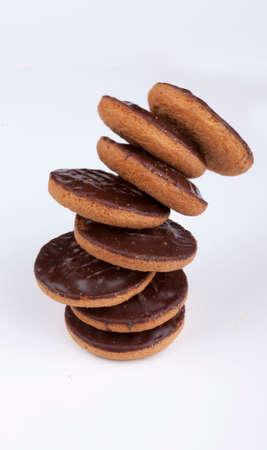 segmento: Pila de las tortas de chocolate recubierto de Jaffa con un gajo de naranja sobre un fondo blanco. Foto de archivo