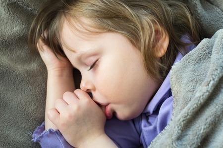 작은 귀여운 아기 빠는 엄지 손가락 잠자는 스톡 콘텐츠