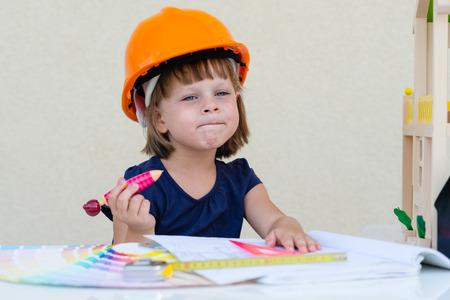 constructor: Niña y casa en construcción.
