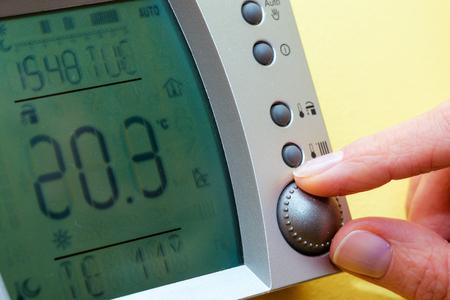 ahorro energia: Panel de control de la caldera de gas para agua caliente y calefacción. Copia Espacio. Ahorre energía y dinero concepto. Foto de archivo