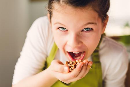 niños comiendo: Comida sana, joven muchacha que come nueces
