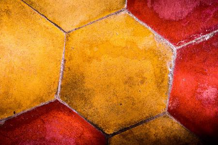 L'image de fond de vieilles tuiles en terre cuite rétro hexagonale colorées