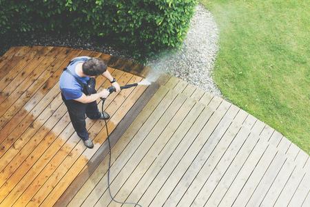 Reinigung der Terrasse mit einem Hochdruckreiniger - Hochwasserdruckreiniger auf Holzterrassenoberfläche