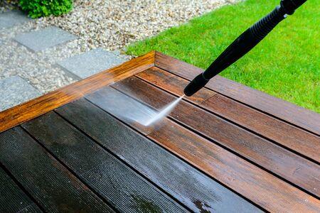 nettoyer la terrasse avec un nettoyeur haute pression - nettoyeur haute pression sur la surface de la terrasse en bois