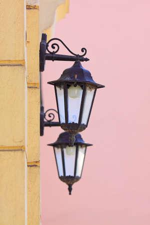 Twee lampen op een muur