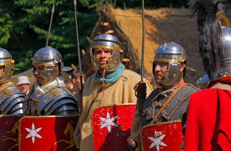 soldati romani: Roman soldiers from Legio XXI Rapax reconstruction group. Archeological Festival Dymarki Swietokrzyskie. Nowa Slupia, Poland, 21-22 August 2010. Photo taken 22th August 2010.