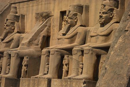 horus: Antiguo Egipto pharaohes cerca del antiguo templo Foto de archivo