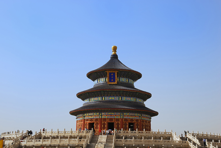 Tourists in the Temple of Heaven in Beijing Imagens