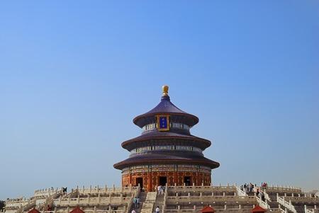 Tourists in the Temple of Heaven in Beijing Imagens