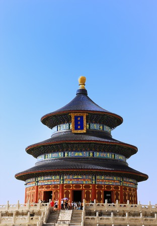 Tourists near the Temple of Heaven in Beijing Imagens