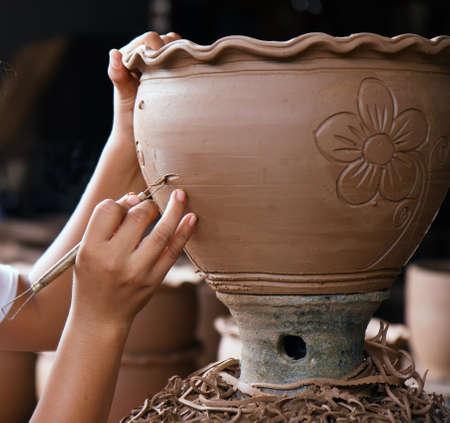 ollas barro: manos de la cer�mica de estilo tailand�s trabaja en base de ceramica Foto de archivo