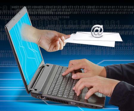newletter: Mano femminile raggiunge-mail fuori il portatile per lavorare uomo d'affari