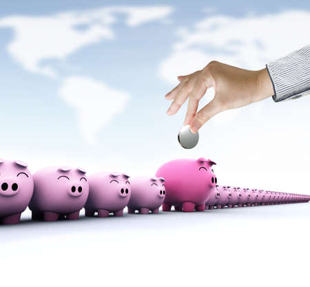 safe investments: Risparmio, mano femminile mettendo una moneta in salvadanaio su sfondo mondo Sky Map