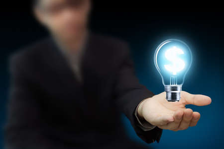 lightbulb: Businessman main tenir une ampoule comme symbole du dollar comme id�e