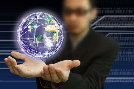 responsabilidad: Manos negocios tierra y la comunicación en su superficie. Un símbolo de alta velocidad y tecnología