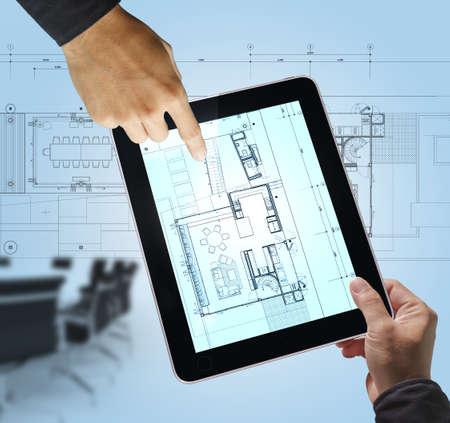 de negocios punto a mano en el plan de distribución interior en la computadora tablet como concepto de reuniones