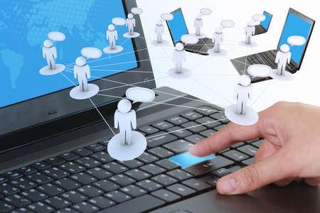 interaccion social: mano presionando un bot�n de ordenadores port�tiles como el concepto de redes sociales
