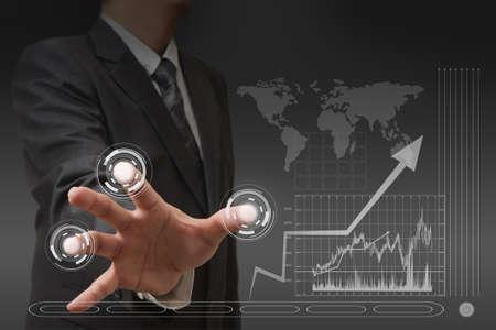 �cran tactile: la main d'affaires avec interface � �cran tactile