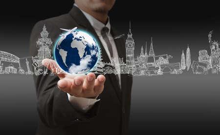 negocios internacionales: hombre de negocios mano que sostiene el viaje de ensue�o en todo el mundo