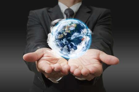 manos sosteniendo el globo terr�queo en la mano Foto de archivo - 11575428