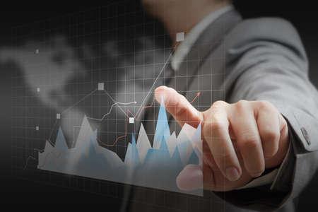 zakenman hand aanraken virtuele grafiek, tabel, diagram op wold achtergrond
