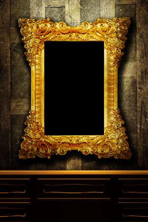 muebles antiguos: Galer�a de pantalla - marcos de �poca de oro en una pared de madera vieja Foto de archivo