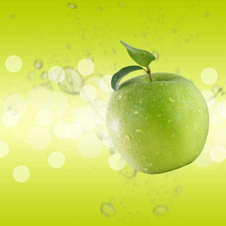 蘋果: 在綠水背景綠色蘋果