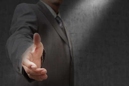 buen trato: Hombre de negocios que ofrece para el apretón de manos