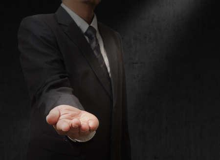 manos abiertas: Las manos abiertas de hombre de negocios. Sus objetos aqu�.