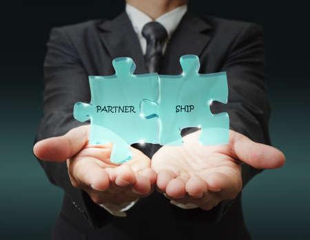 zakenman hand met partnerschap in glas Pazzle