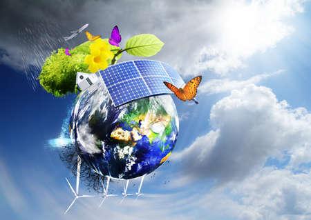 Collage met zonne-accu's als alternatieve bron van energie Stockfoto