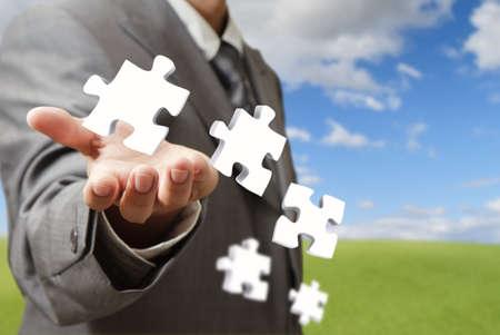zakenman hand en zakelijke puzzels als concept