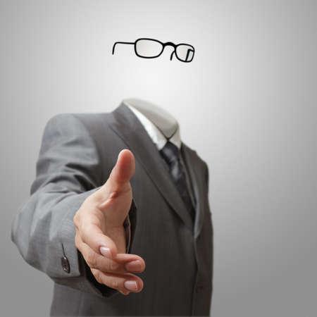 niewidoczny: niewidzialny człowiek biznesu oferuje drganiem ręki