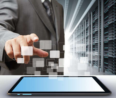 usługodawcy: dziaÅ'alnoÅ›ci czÅ'owieka i tablet w serwerowni