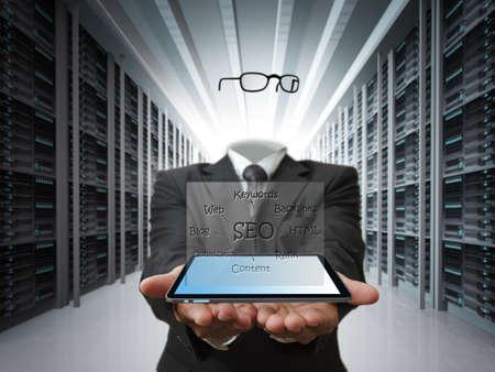 google: invisible, el hombre espera la tableta y el diagrama de SEO como concepto Foto de archivo